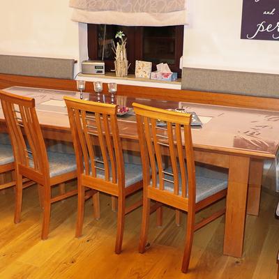 Großer Esstisch mit Stühlen